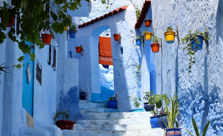 Οι δρόμοι, τα σπίτια, τα μαγαζιά και τα πεζοδρόμια είναι όλα βαμμένα μπλε.