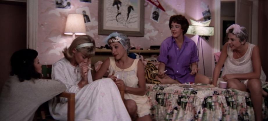 Ροζ ταπετσαρία και φλοράλ πάπλωμα κυριαρχούν στο δωμάτιο της πρωταγωνίστριας στο Grease.