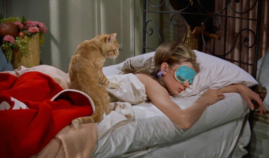 H Audrey Hepburn ξαπλωμένη στο κρεβάτι της στην ταινία Breakfast at Tiffany's.