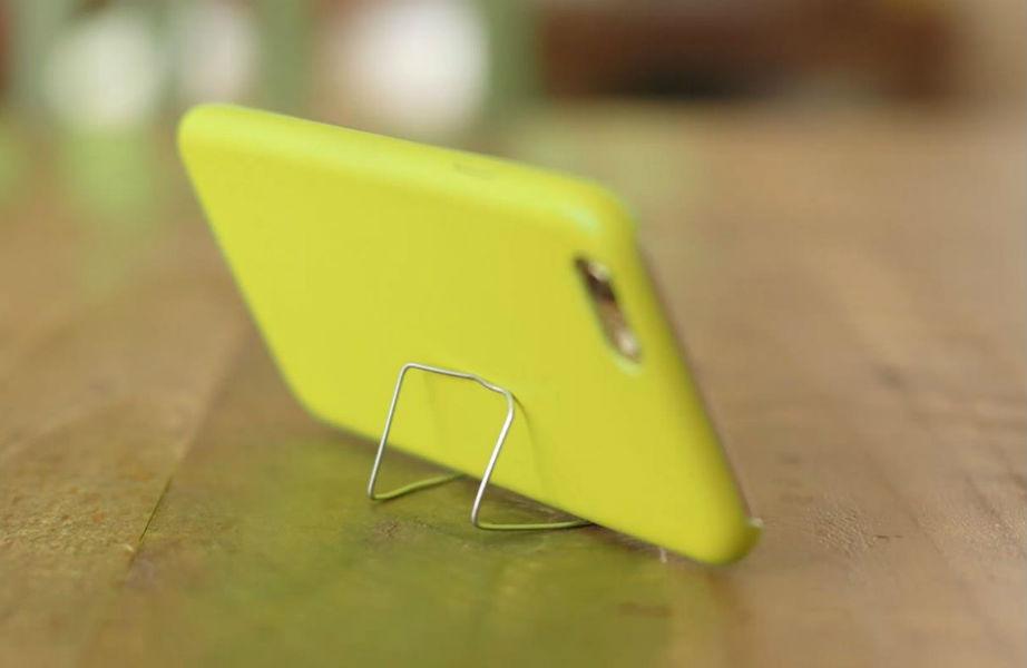 Ένα συνδετήρας αρκεί για να φτιάξετε ένα πρακτικό σταντ για το κινητό σας.