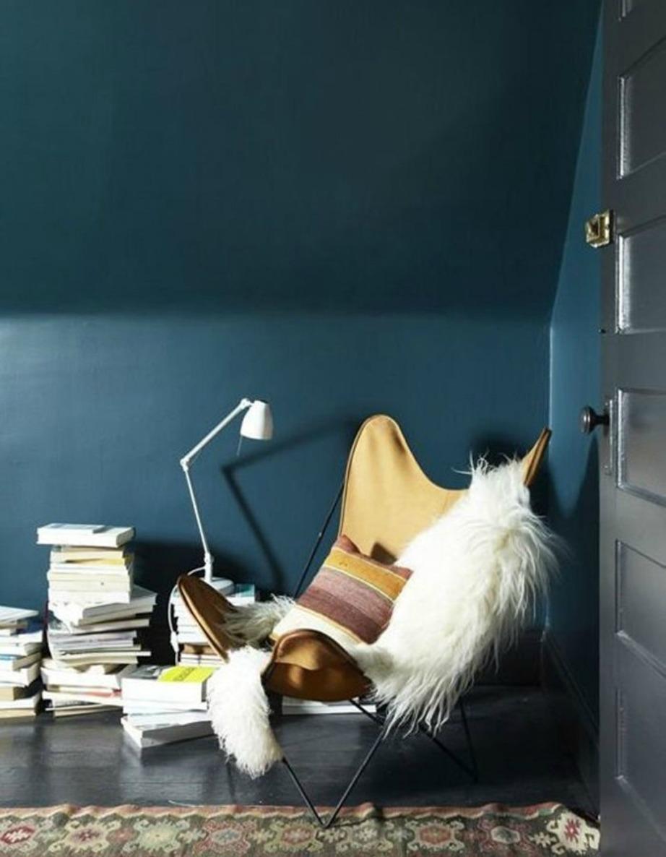 Βάψτε πετρόλ τους τοίχους του σαλονιού και προσθέστε μια πολυθρόνα και έναν καναπέ σε γήινες αποχρώσεις. Διακοσμήστε επιπλέον με ζεστά υφάσματα και χαλιά για ένα πιο cozy αποτέλεσμα.