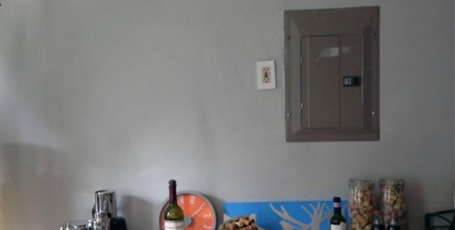 Δείτε πόσο άσχημος φαινόταν ο τοίχος πριν μπει το κάδρο.