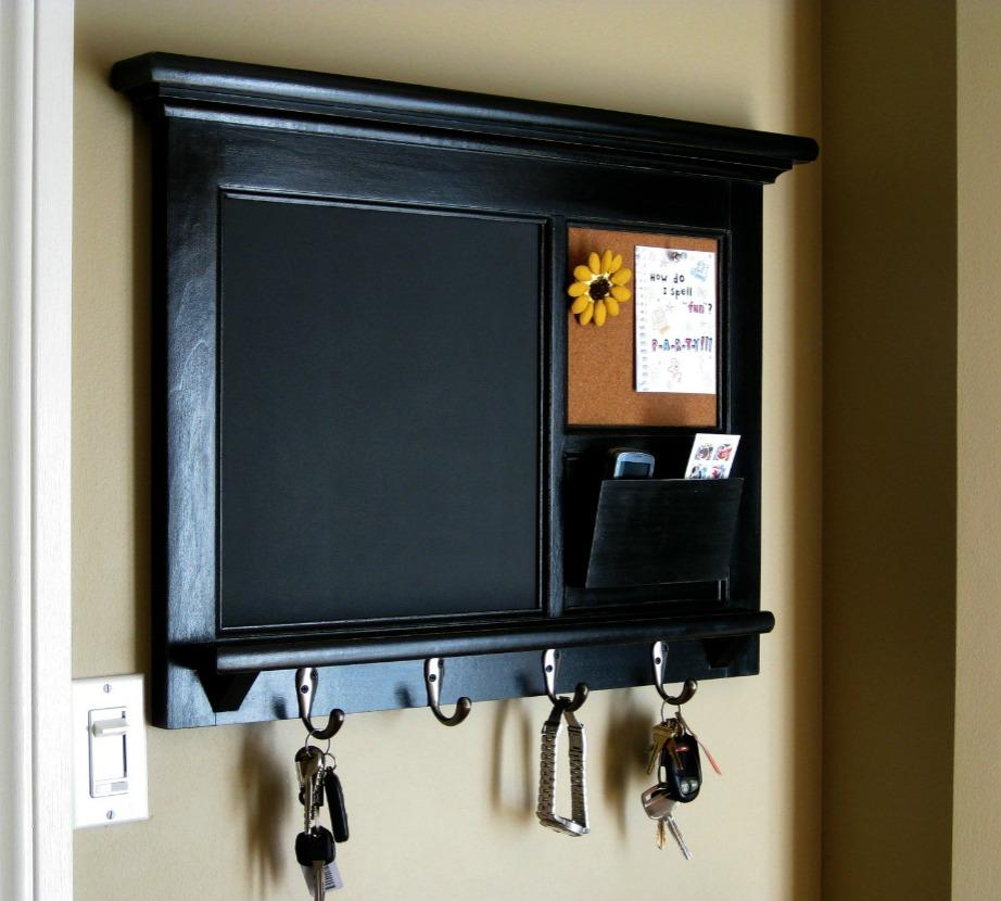Άλλη μια ωραία ιδέα είναι να φτιάξετε μια κλειδοθήκη μπροστά ακριβώς από τον πίνακα του ρεύματος.