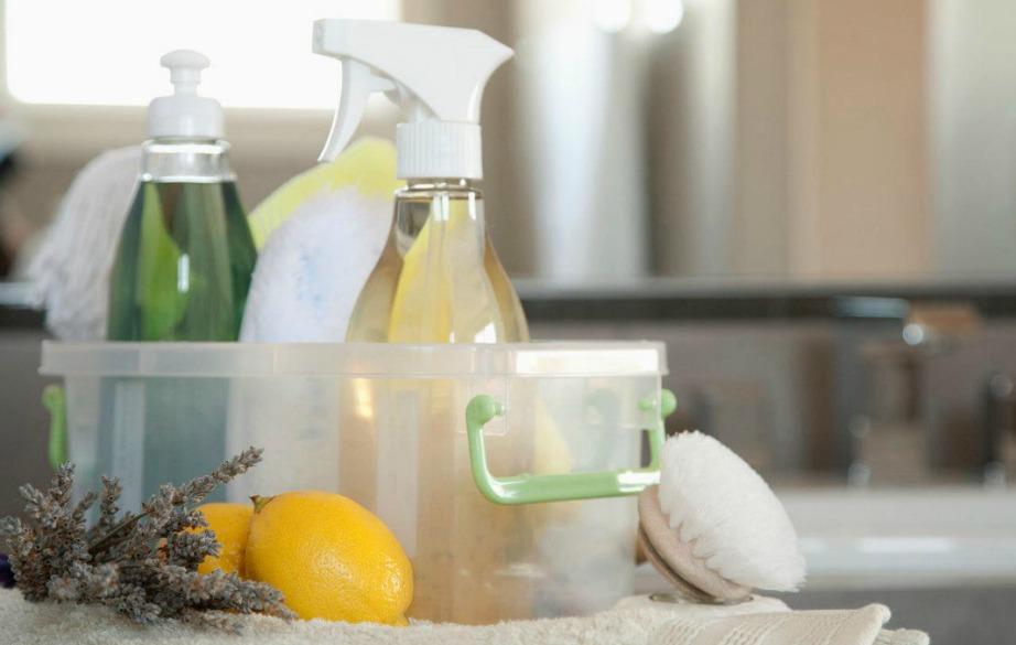 Ανακατέψτε σε ένα μπουκάλι, μαγειρική σόδα, οξυζενέ και απορρυπαντικό πιάτων.