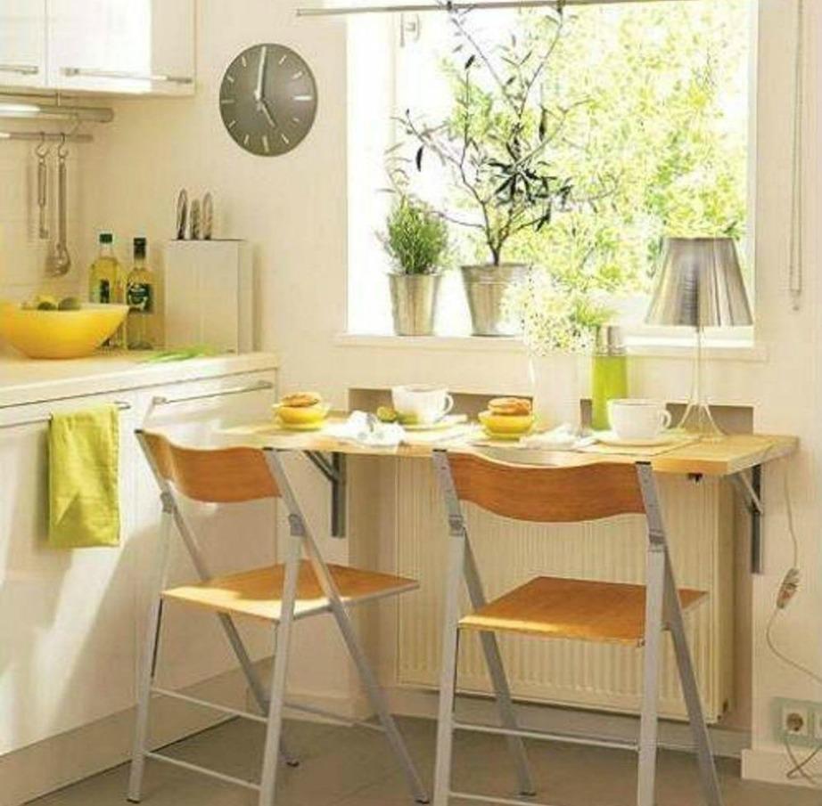 Ένα τραπεζάκι με δύο καρέκλες αρκεί για να δείξει η κουζίνα πιο φιλόξενη και ζεστή.