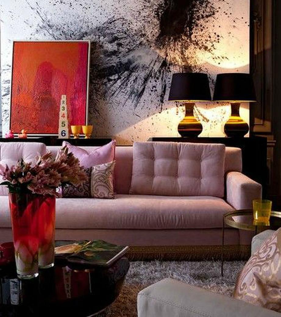 Ένας ροζ καναπές μπορεί να είναι μια πολύ ωραία επιλογή αν επιλέξτε πιο δραματικό ύφος στην υπόλοιπη διακόσμηση.