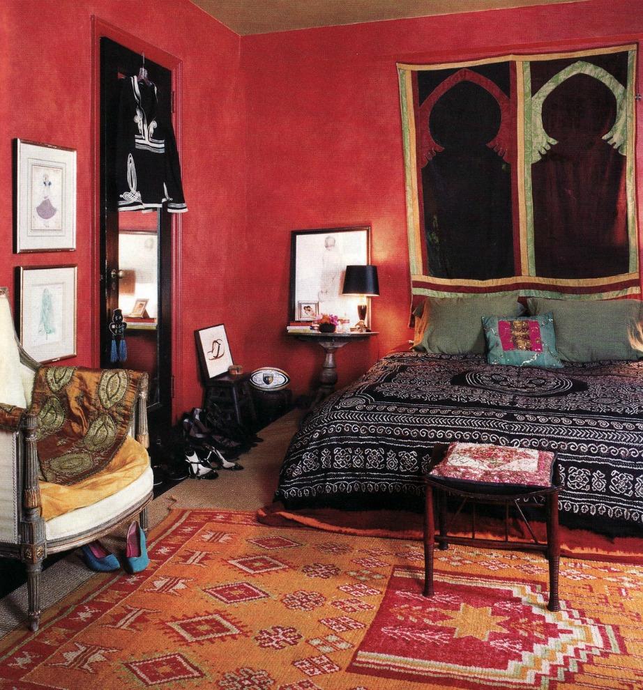 Δωμάτιο που συνδυάζει μπορντό, πορτοκαλί, μαύρο αλλά και λευκό.
