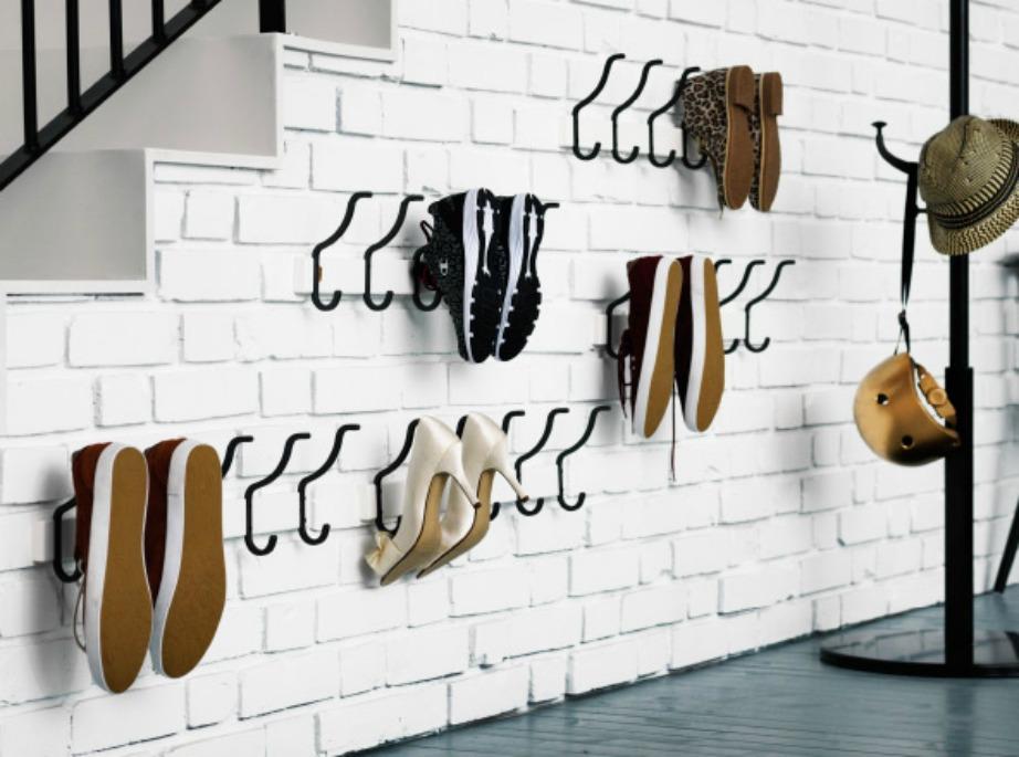 Αν επιλέξετε να κρεμάσετε τα παπούτσια στον τοίχο με αυτόν τον τρόπο, φροντίστε να έχουν τουλάχιστον καθαρές σόλες, σε περίπτωση που ο τοίχος σας είναι στο σαλόνι ή στο χολ.