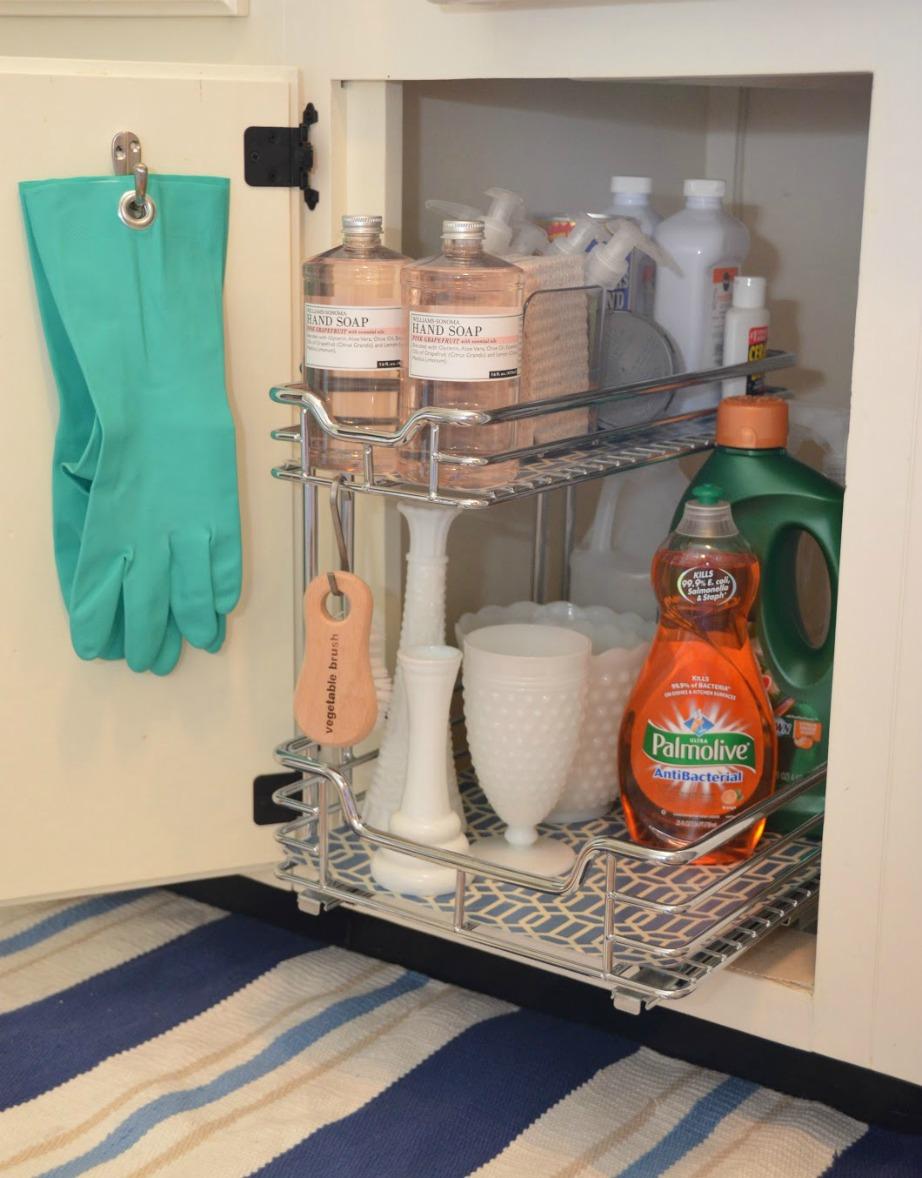 Βάλτε μερικά γατζάκια στην πόρτα του ντουλαπιού για να κρεμάτε τα γάντια σας.