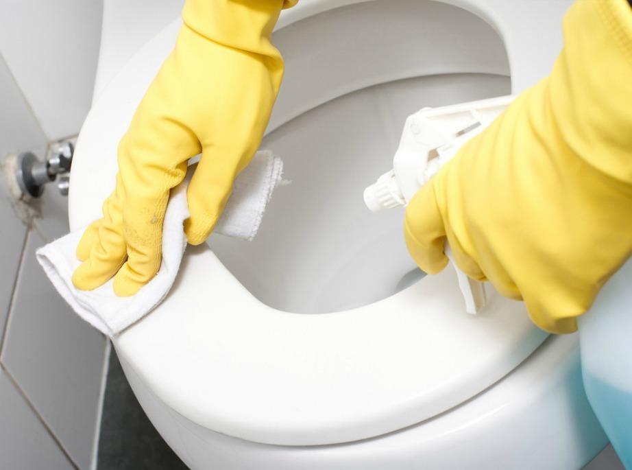 Καθαρίστε την τουαλέτα σας με χλωρίνη.