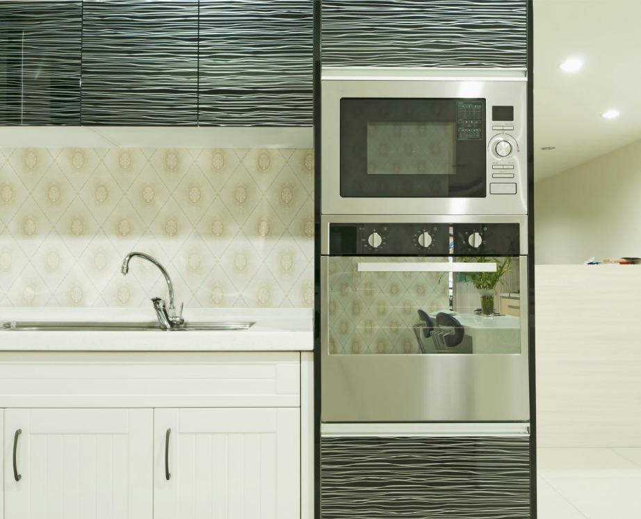 Φέτος οι κουζίνες διακοσμούνται με 2 τύπους και αποχρώσεις ντουλαπιών.