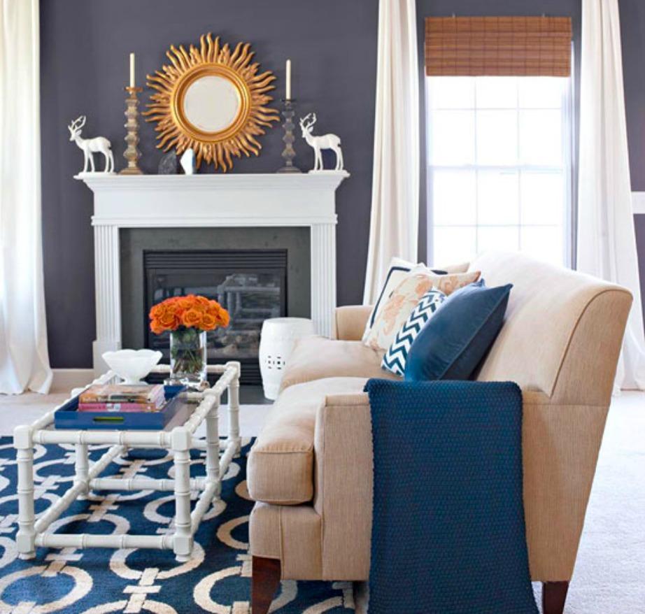 Δείτε τι ωραία αντίθεση που κάνουν οι πορτοκαλί πινελιές μέσα στο μπλε δωμάτιο.