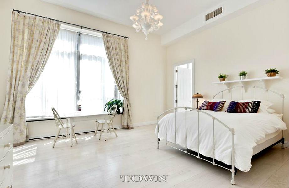 Οι λευκές κρεβατοκάμαρες δημιουργούν μια απόλυτα γαλήνια ατμόσφαιρα.
