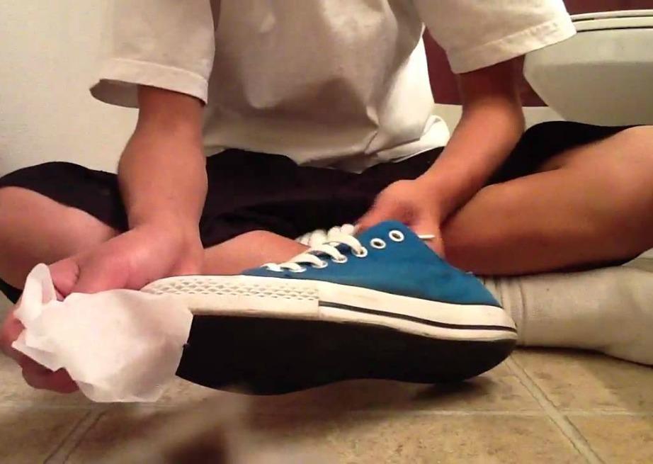 Χρησιμοποιήστε μαντηλάκια για να καθαρίσετε τα παπούτσια σας.