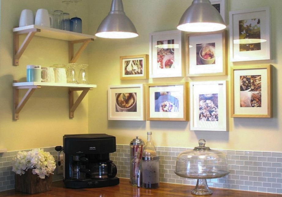 Μια gallery τοίχου και μερικά ραφάκια μπορούν εύκολα να γεμίσουν τον τοίχο σας.