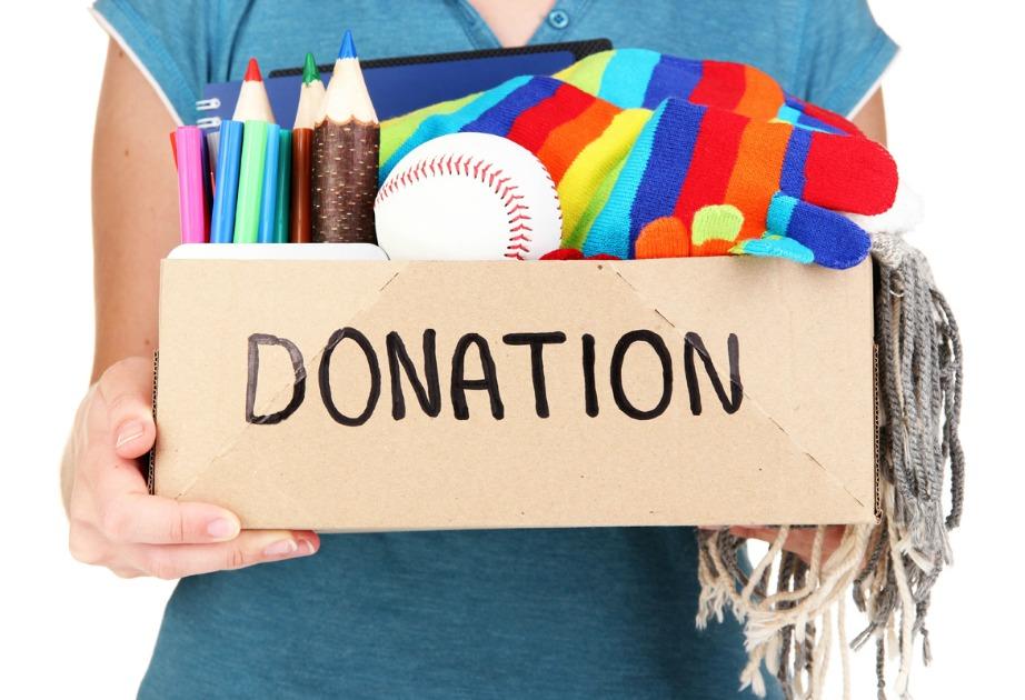 Φτιάξτε μια κούτα για δωρεές και βάλτε εκεί μέσα πράγματα που θέλετε να δωρίσετε.