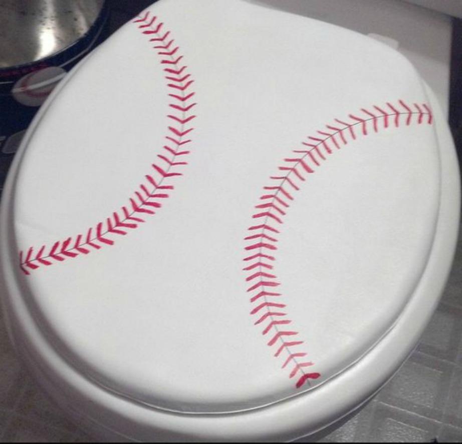 Μπορεί αυτή η τουαλέτα να έχει φτιαζτεί με έμπνευση το αμερικάνικο ποδόσφαιρο αλλά και εσείς μπορείτε να κάνετε κάτι ανάλογο βρίσκοντας αυτοκόλλητα που να θυμίζουν μπάλα.