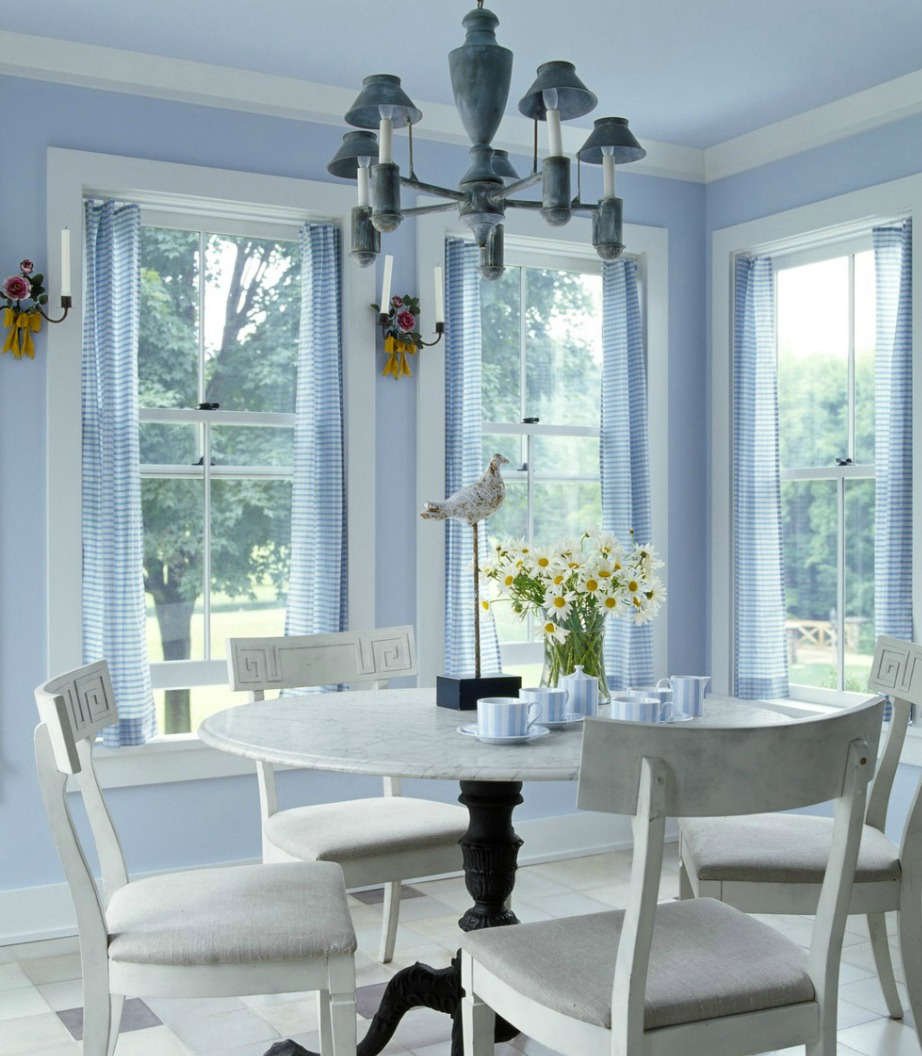 Το baby blue είναι ένα χρώμα που δείχνει πολύ ωραίο ακόμα και στην τραπεζαρία. Συνδυάστε το με λευκό για πιο σικ αποτέλεσμα.