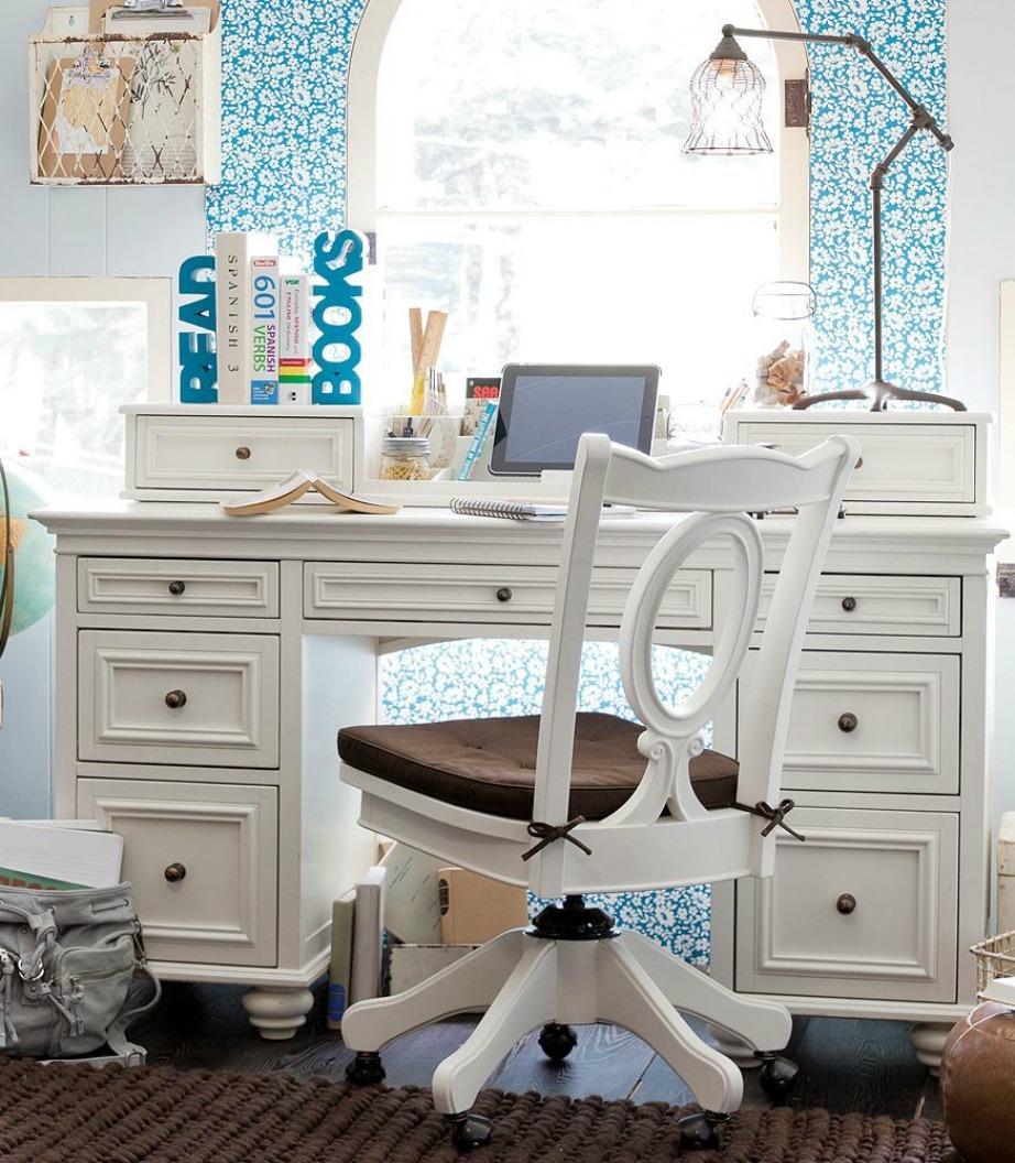 Ένα λευκό γραφείο ταιριάζει πολύ σε έναν μικρό χώρο με θαλασσί τοίχους.