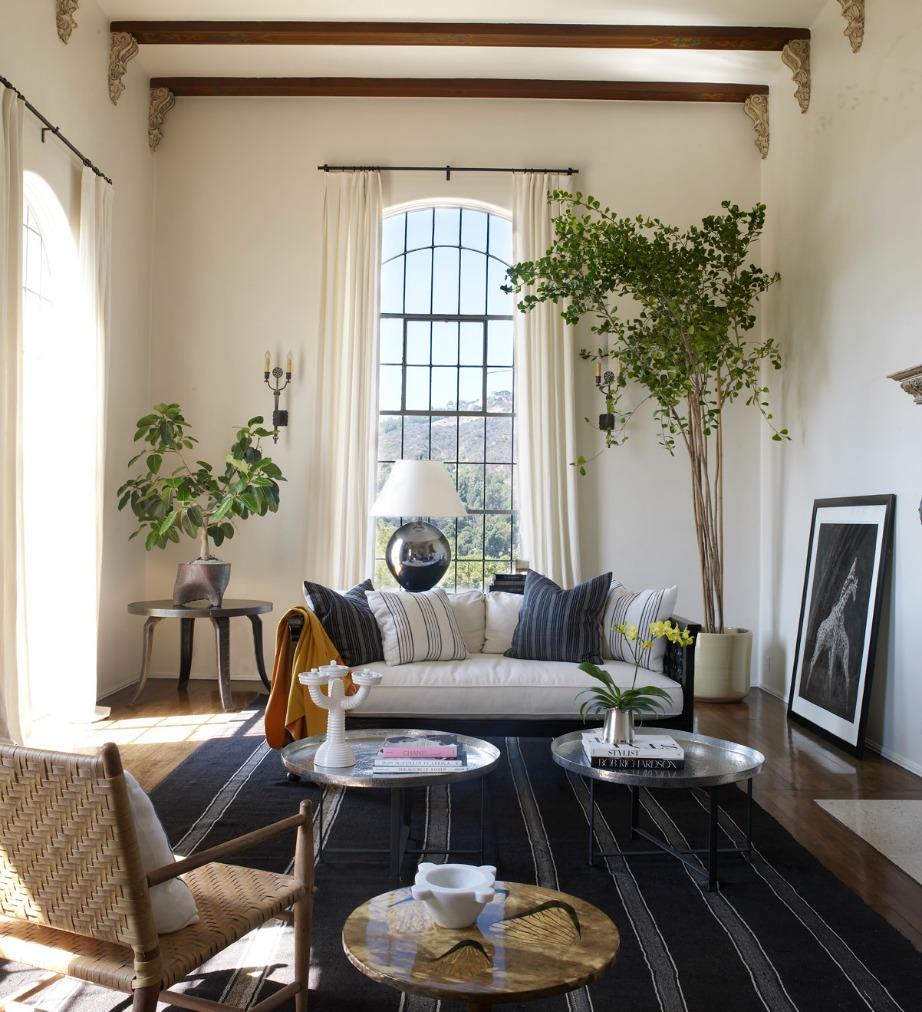 Το σαλόνι της Ellen Pompeo συνδυάζει μπλε και λευκό μαζί με άλλες γήινες αποχρώσεις.