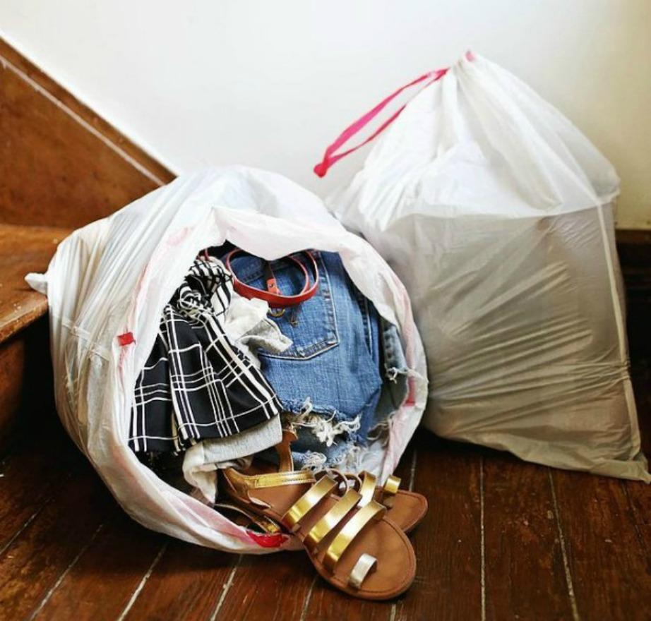 Πετάξτε ή δώστε σε κάποιο ίδρυμα ρούχα που δεν έχετε φορέσει εδώ και ένα χρόνο.