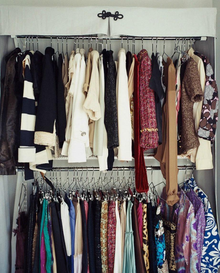 Επιλέξτε όμοιες λεπτές κρεμάστρες για να έχετε σε τάξη τη ντουλάπα σας.