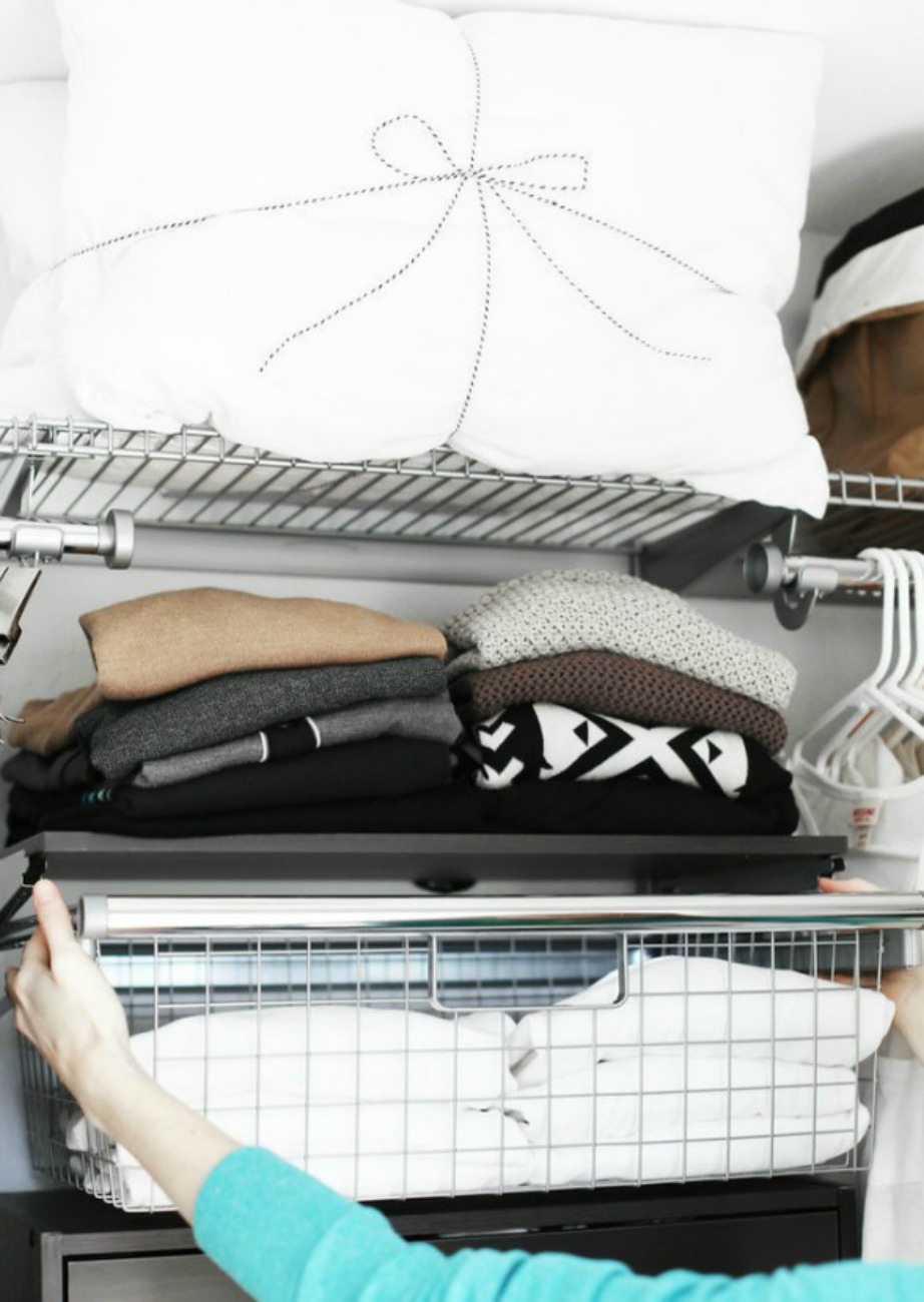 Αγοράστε συρτάρια που μπορούν εύκολα να τοποθετηθούν στα ράφια της ντουλάπας σας.