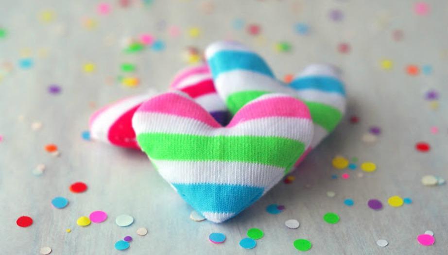 Διακοσμητικές καρδιές φτιαγμένες από κάλτσες.