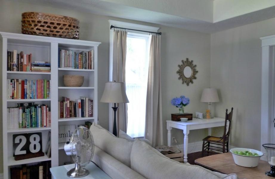 Μια γωνιά είναι αρκετή σε ένα σαλόνι για να βάλετε σε αυτήν ένα μικρό γραφειάκι.