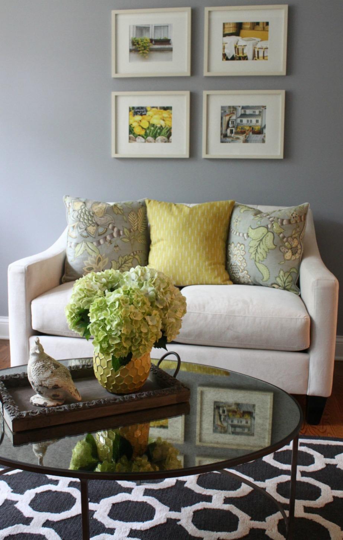 Δείτε πόσο όμορφο δείχνει αυτό το καθιστικό διακοσμημένο με παλ αποχρώσεις γκρι και κίτρινου.