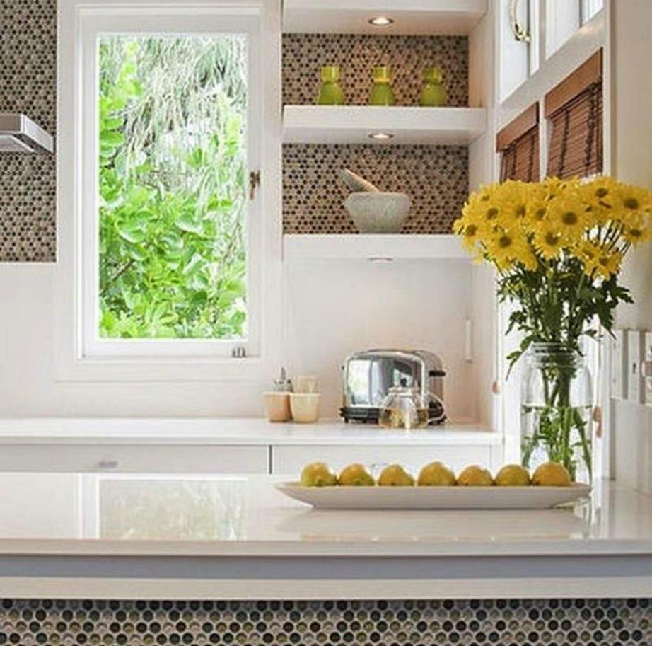 Επιλέξτε λευκό και γρκι, αν φοβάστε τα έντονα χρώματα στη διακόσμηση, και ενισχύστε με απλά διακοσμητικά και λουλούδια σε κίτρινο χρώμα.