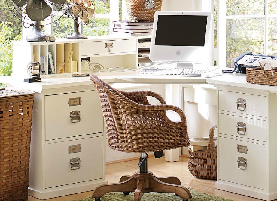 Προτιμήστε ένα γωνιακό γραφείο για την κρεβατοκάμαρά σας.