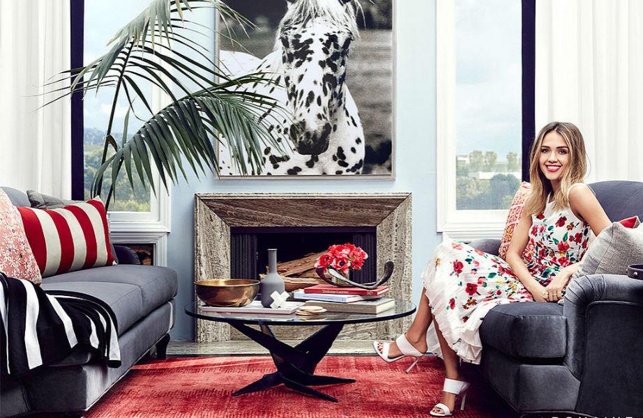 Η Jessica Alba φωτογραφημένη στο ένα από τα καθιστικά της έπαυλής της.