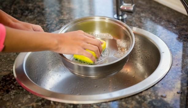 Ποιος Είναι ο Καλύτερος Τρόπος να Καθαρίσετε την πιο Βρώμικη Κατσαρόλα;