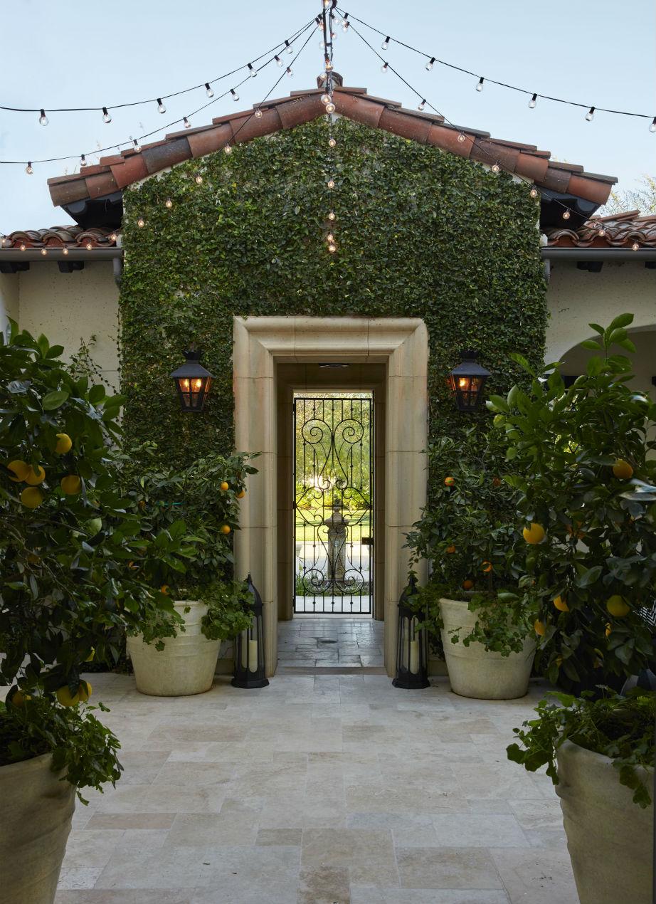 Η καταπράσινη και άκρως εντυπωσιακή είσοδος του σπιτιού!
