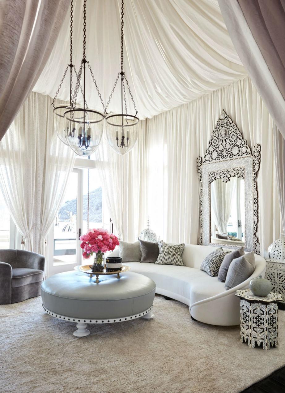 Το κεντρικό καθιστικό της έπαυλης αποτελεί την επιτομή της glamourous κι έθνικ διακόσμησης του σπιτιού.