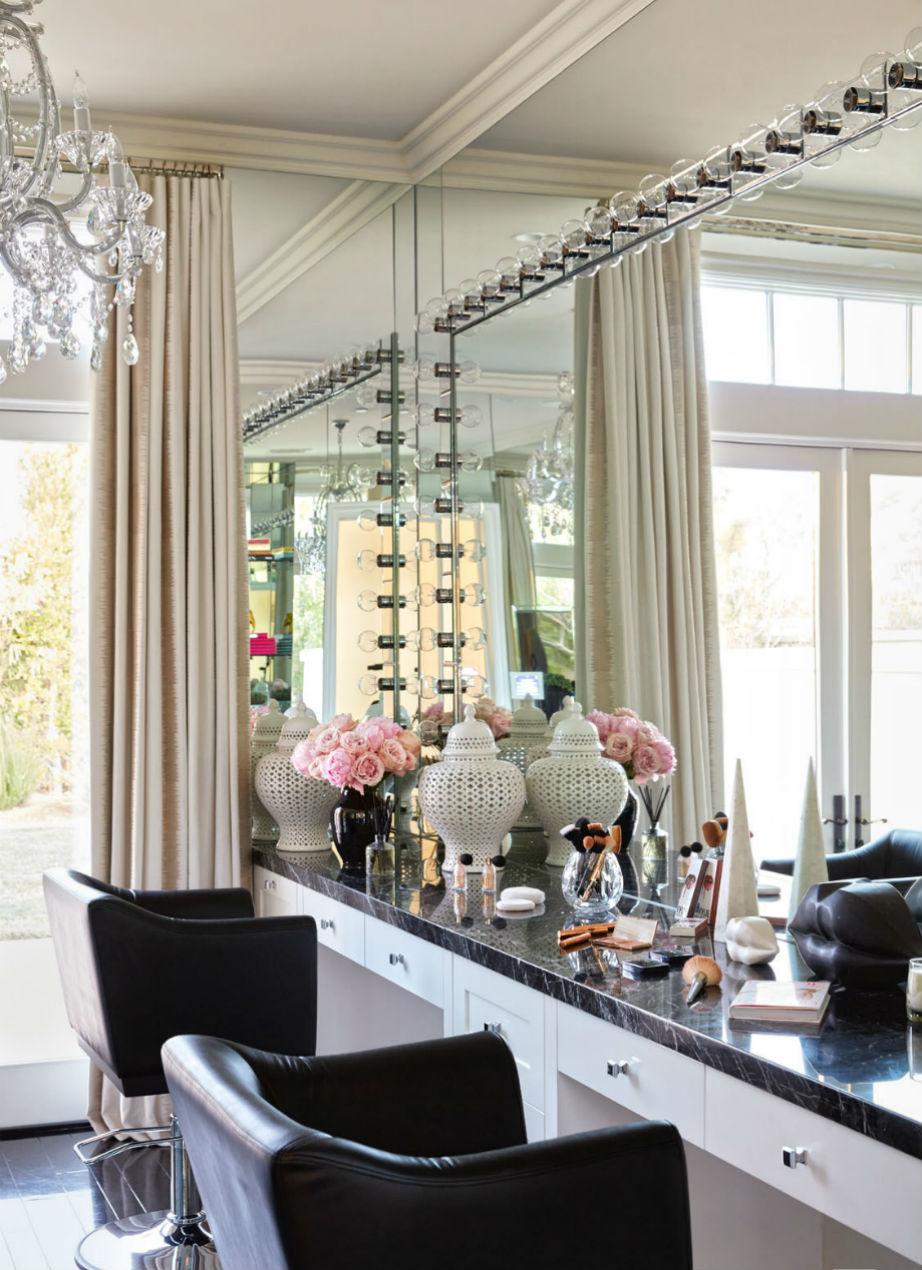 Γνωστή για το περιποιημένο στυλ της, η Khloé ήθελε ένα γιγάντιο καθρέφτη στο υπνοδωμάτιό της.