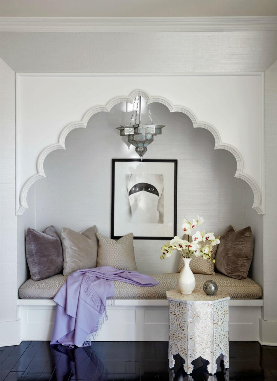 Το υπνοδωμάτιο έχει χώρο για ένα εξίσου εξωτικό μίνι-καθιστικό.