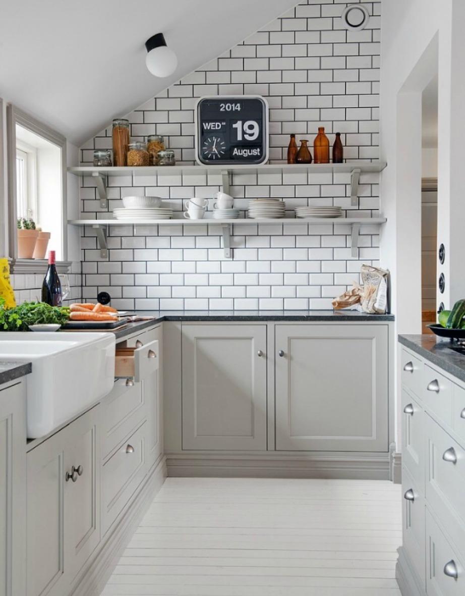 Δείτε τι όμορφη δείχνει αυτή η μικρή λευκή κουζίνα! Στον έναν τοίχο μπορείτε να προσθέσετε ταπετσαρία με λευκά τούβλα για περισσότερο στιλ.