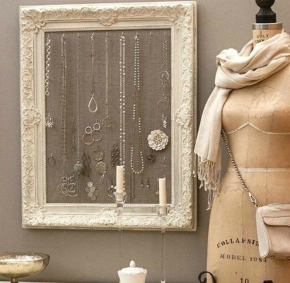 Στερεώστε τα κοσμήματά σας σε μια κορνίζα για να εξοικονομήσετε χώρο.