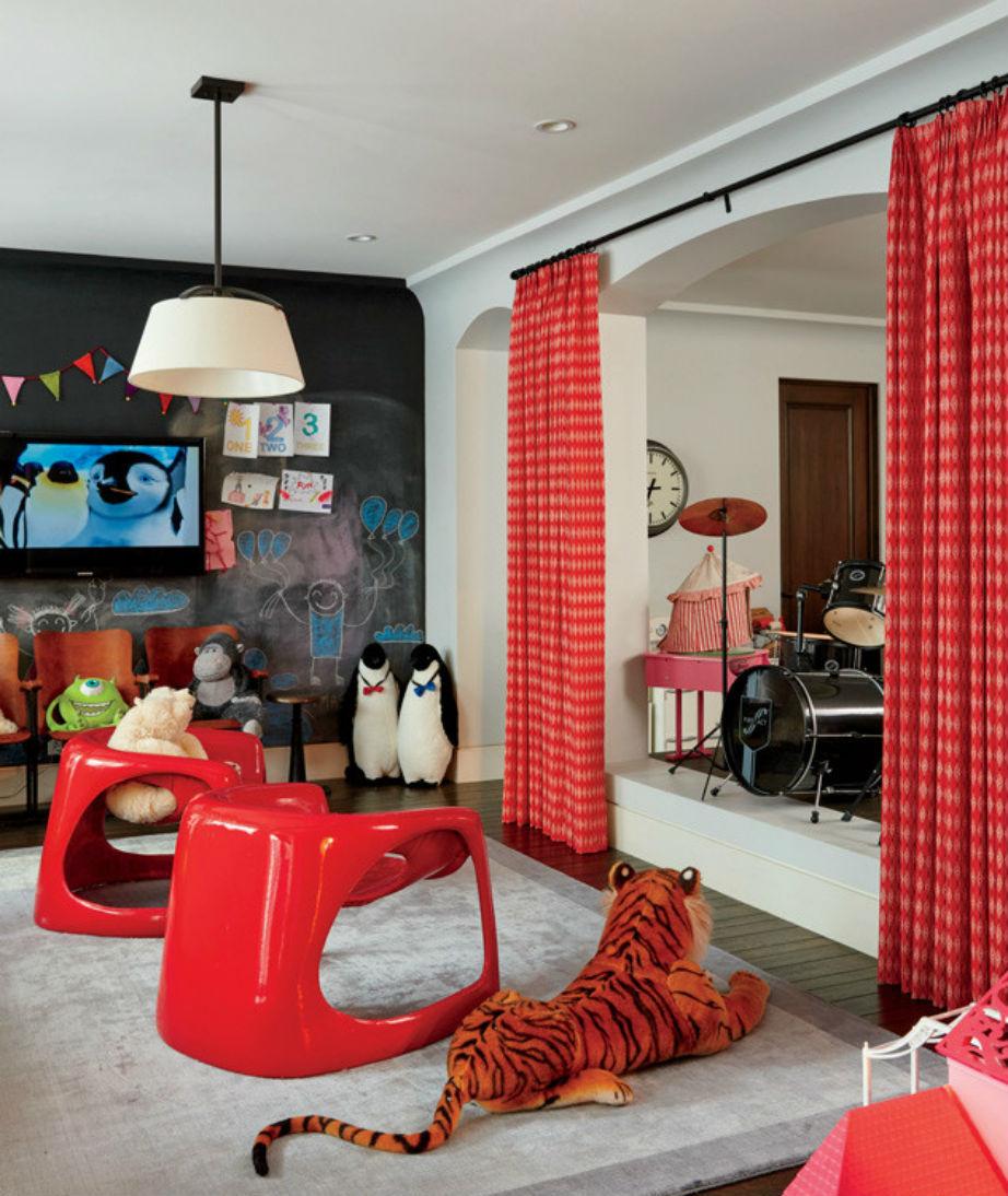Στο υπνοδωμάτιο του Mason κυριαρχεί το αγαπημένο του χρώμα: το κόκκινο!