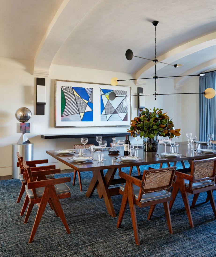 Οι καρέκλες δια χειρός Pierre Jeanneret κάνουν την τραπεζαρία της έπαυλης σούπερ μοντέρνα και διαχρονική!