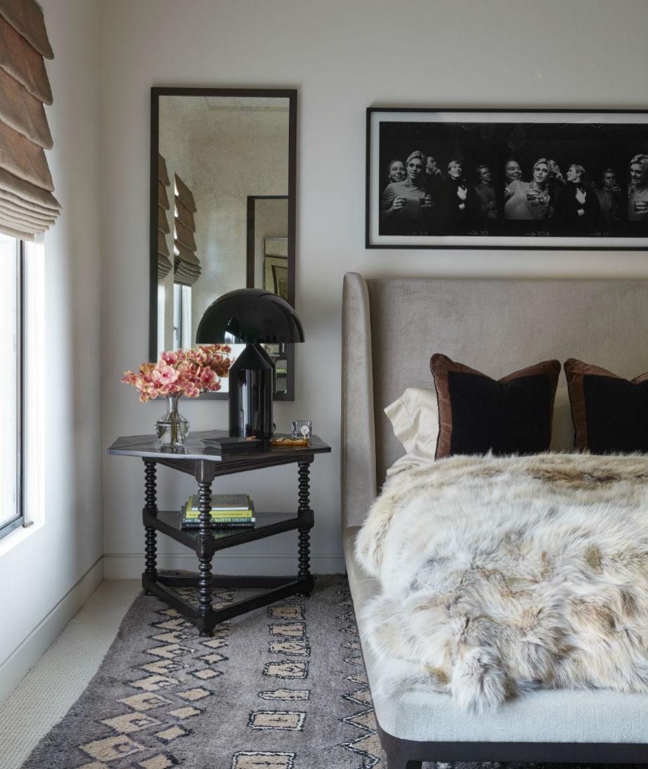 Σε αυτό το υπνοδωμάτιο το γούνινο ριχτάρι κάνει το χώρο πιο ζεστό.