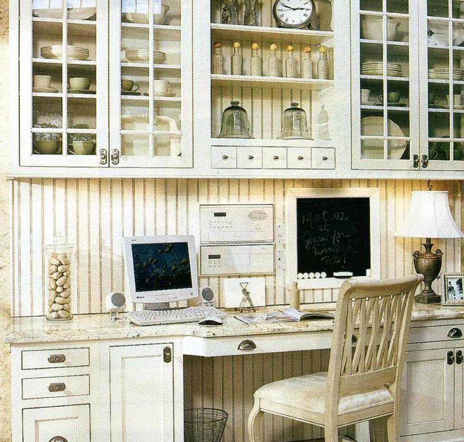 Με μια μόνο ξύλινη τάβλα σε ένα κενό της κουζίνας σας μπορείτε να δημιουργήσετε το τέλειο γραφείο.