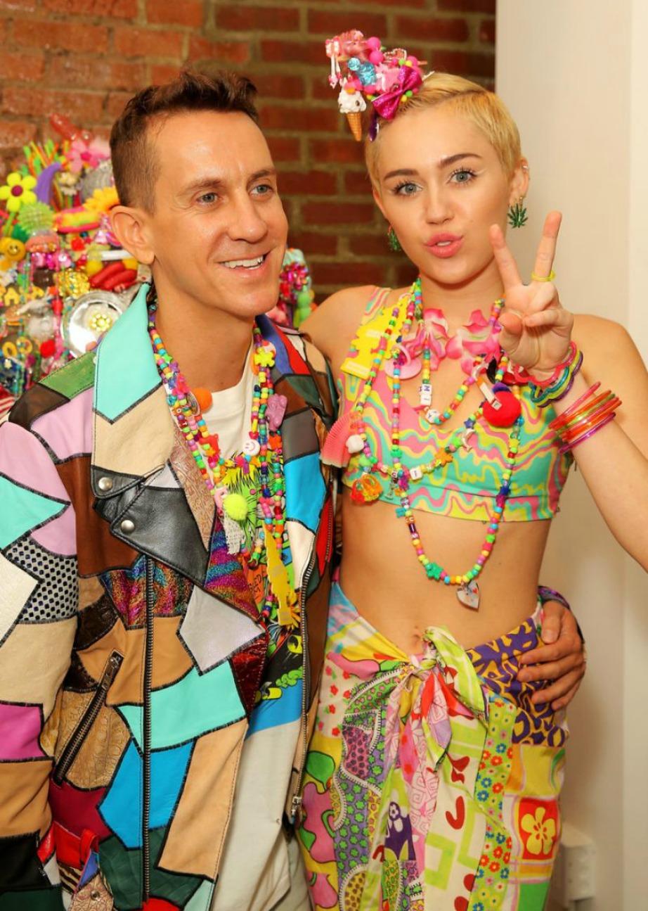 Η Miley Cyrus φορώντας δική της δημιουργία, ποζάρει με τον Jeremy Scott, για τον οποίο σχεδίασε το συγκεκριμένο ρούχο.