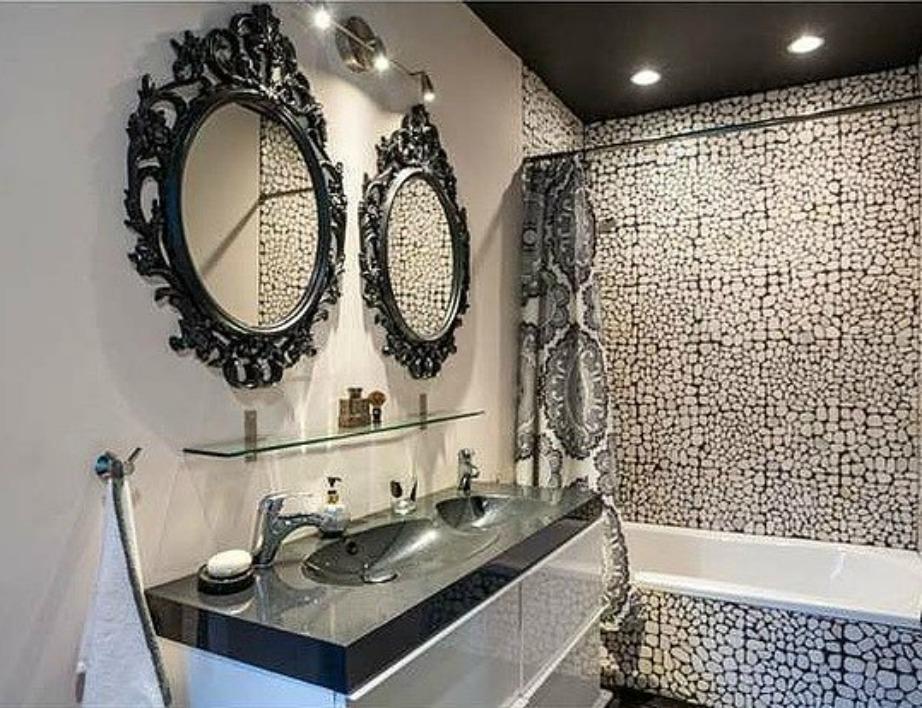 Το κυρίως μπάνιο είναι πολύ εντυπωσιακό.