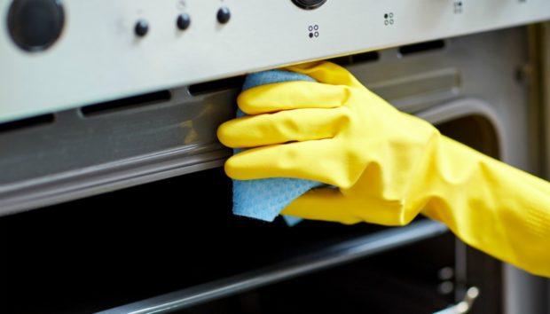 Αυτός Είναι ο πιο Εύκολος Τρόπος για να Καθαρίσετε τον Φούρνο σας από τα Καμμένα Λίπη