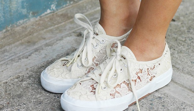 Μετατρέψτε τα Απλά Λευκά Αθλητικά σας σε Μοντέρνα Sneakers (VIDEO)