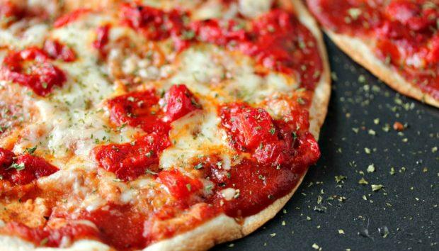 Έτσι θα Φτιάξετε σε Χρόνο Ρεκόρ την πιο Τραγανή Πίτσα που Έχετε Φάει Ποτέ!