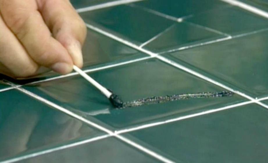 Χρησιμοποιώντας ένα λεπτό ξυλάκι, ένα σπίρτο ή μια μπατονέτα, μπορείτε να βάψετε τα ραγίσματα στα πλακάκια σας ώστε να μην φαίνονται έντονα.